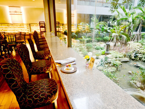 庭園を臨むカフェ