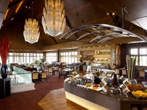 タイ料理やインド料理、中華、和食、ヨーロッパ料理など楽しめる「カドカフェ」