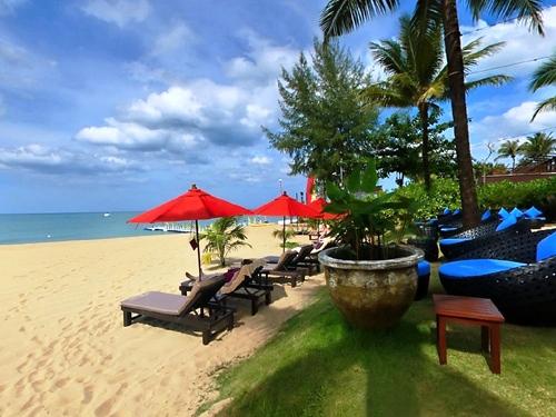 ホテルの前に広がるビーチ