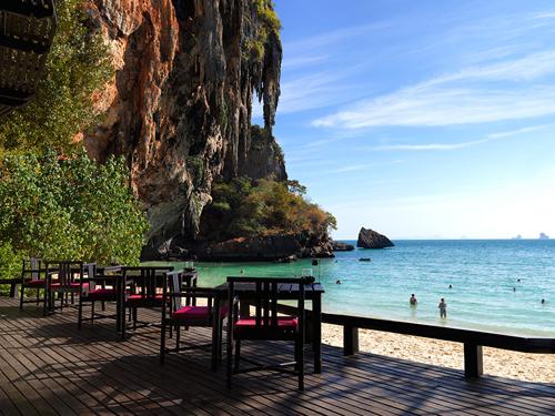 海を臨むカフェ