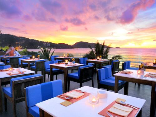 カクテルやワインと一緒にグリル料理が楽しめる「The Surface Restaurant