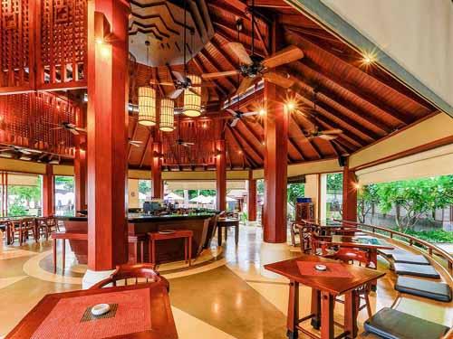 プールサイドにあるインターナショナル料理レストラン「The Scenic Corner」