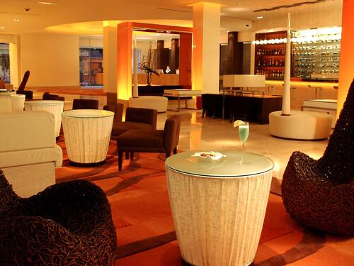ユニークな家具が配された「ミックスバー」はワインの種類が豊富