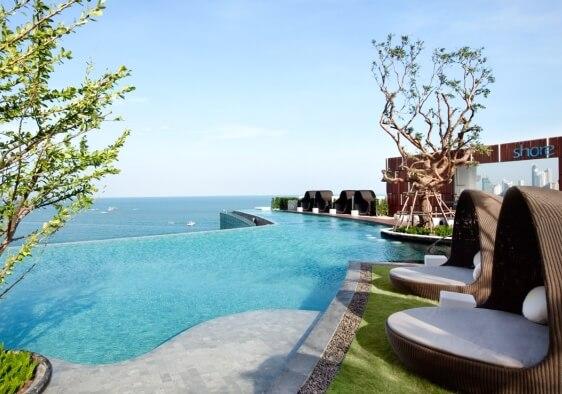 海を見下ろす眺望をお楽しみいただける 16階の屋外プール  イメージ/ヒルトン・パタヤ