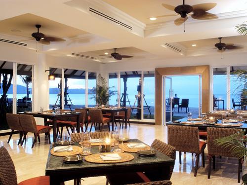 オープンテラスのビーチ席も設けられた「カジュアリナ・ビーチレストラン&パブ」